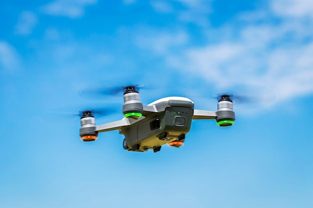 Piccoli droni volano nel cielo.
