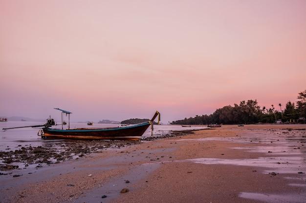 Piccola barca da pesca sulla spiaggia la sera