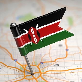 Piccola bandiera del kenya su uno sfondo di mappa con il fuoco selettivo.