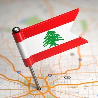 Piccola bandiera del libano su uno sfondo di mappa con il fuoco selettivo.