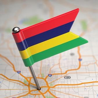 Piccola bandiera delle mauritius su uno sfondo di mappa con il fuoco selettivo.