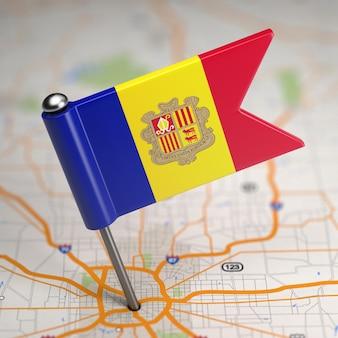 Piccola bandiera principato di andorra su uno sfondo di mappa con il fuoco selettivo.