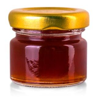 Piccolo barattolo di vetro con marmellata isolato su sfondo bianco