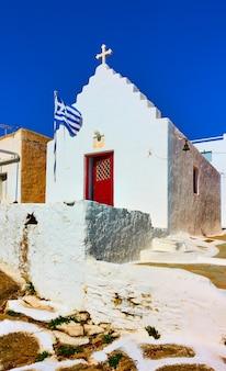 Piccola chiesa greco-ortodossa con bandiera greca, mykonos, greece