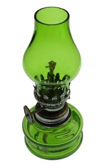 Piccola lampada a cherosene in vetro verde su uno sfondo di ritaglio bianco pulito. primo piano fotografato.