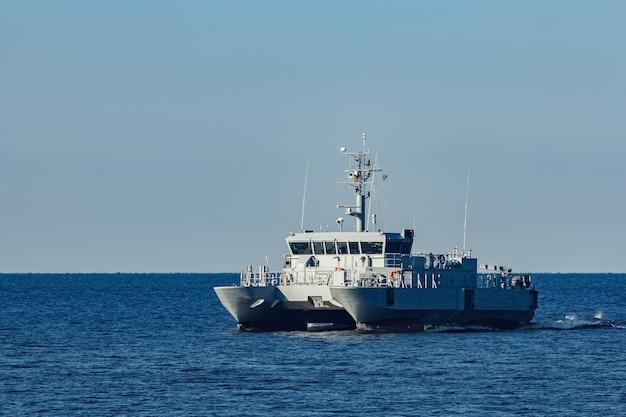 Piccola nave militare grigia che si muove dal mar baltico