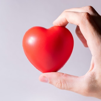 Piccolo cuore in una mano umana
