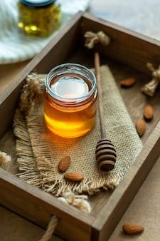 Mestolo di miele piccolo con cucchiaio in una scatola di legno