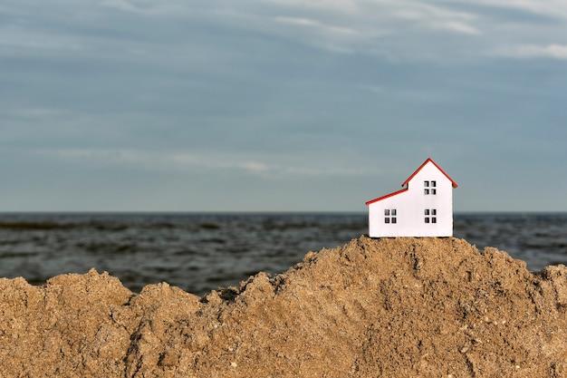 Piccola casa sulla spiaggia di sabbia