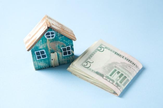 Piccola casa e soldi sul tavolo