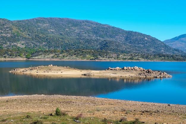 Una piccola isola nel mezzo di un lago causata dall'abbassamento del livello dell'acqua
