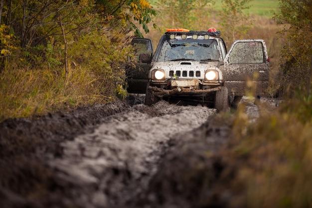 Piccolo fuoristrada giapponese bloccato nel fango profondo