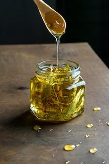 Vasetto di miele con cucchiaio di legno