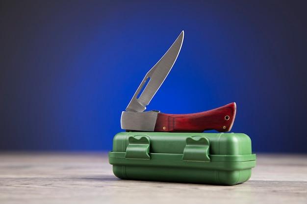 Piccolo coltello sulla scatola verde
