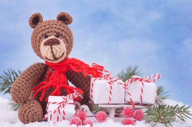 Piccolo orso lavorato a maglia, un regalo di capodanno, un simbolo dell'anno. decorazioni natalizie.