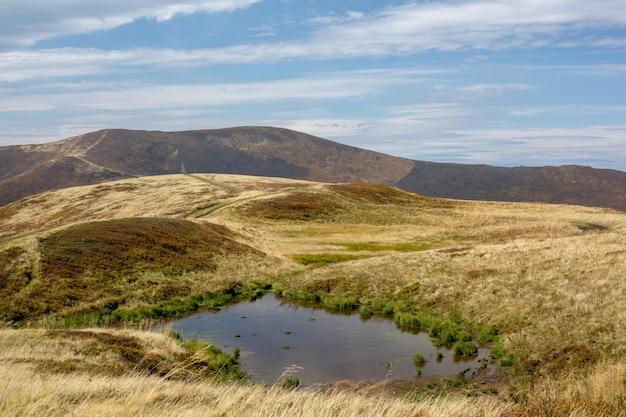 Un piccolo lago nel mezzo di una catena montuosa.