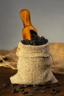 Una piccola borsa di lino con semi di girasole.