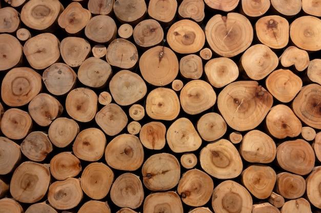 Piccoli tronchi texture di sfondo con illuminazione da downlight.