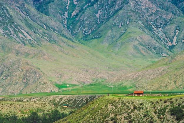 Piccola casa di paese solitario con tetto rosso vicino al precipizio