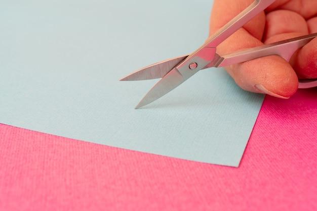 Piccole forbici in metallo per tagliare la carta