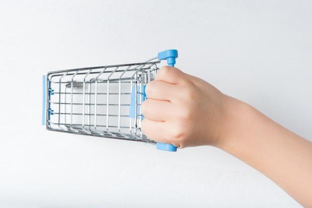 Piccolo carrello della spesa in metallo in mano per bambini