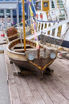 Piccola vecchia barca in legno in stile pirata.