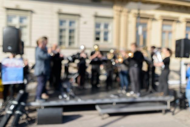 Piccola orchestra di musicisti che si esibiscono per strada in città Foto Premium
