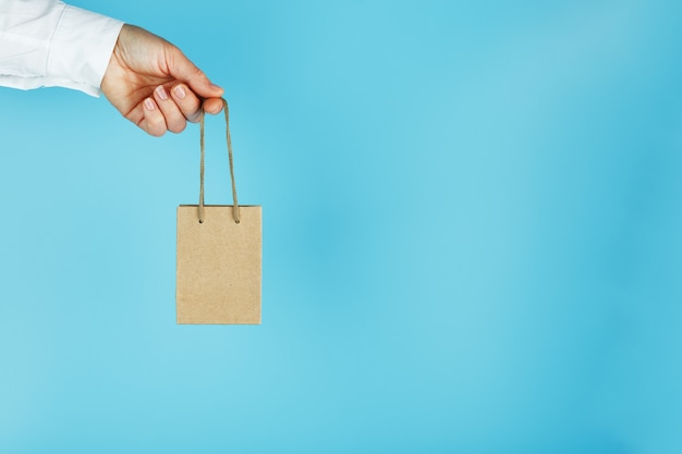 Piccolo sacchetto di carta su una mano