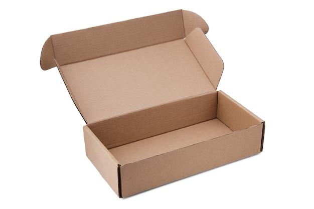 Piccola scatola di cartone rettangolare per l'imballaggio di pacchi o regali in forma aperta con il coperchio sollevato, isolato su bianco.