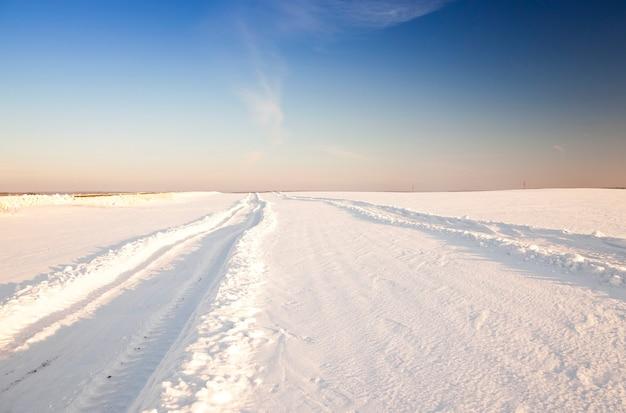 Una piccola strada nella stagione invernale. inverno. traccia.