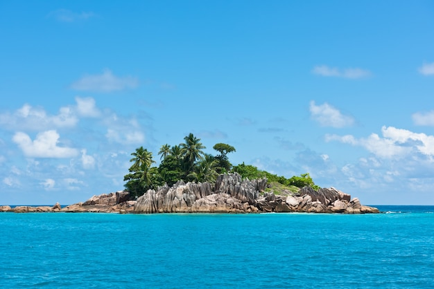 Piccola isola rocciosa nell'oceano indiano vicino alle seychelles