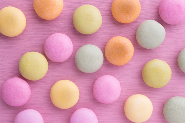 Piccoli pastelli tondi color caramello su pastello
