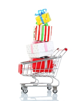 Piccolo carrello della spesa con scatole regalo isolato su bianco