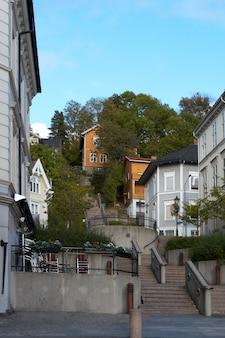 Piccola strada laterale in qualche città, in norvegia