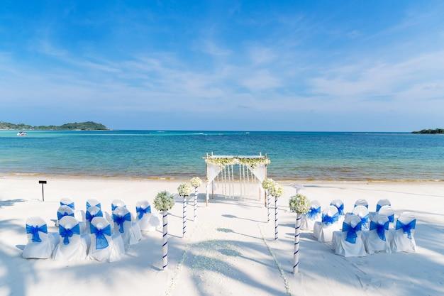 Regolazione della decorazione della sede di nozze della spiaggia di piccola dimensione sulla sabbia bianca