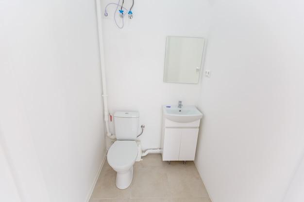 Piccolo bagno in un piccolo ufficio