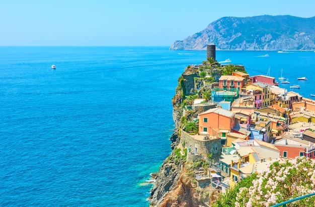 Piccola cittadina vernazza nelle cinque terre, la spezia, italia. con spazio per il tuo testo