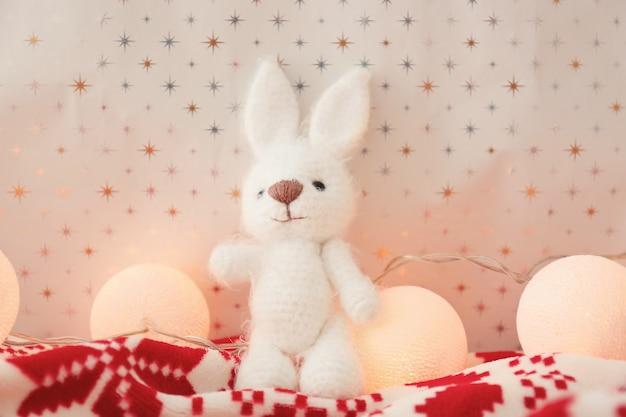 Piccolo giocattolo e ghirlanda di natale sulla coperta