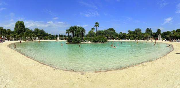 Acqua della piscina della piccola spiaggia di sabbia dell'isola tropicale