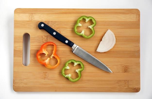 Piccolo coltello multiuso per lavorare su un tagliere