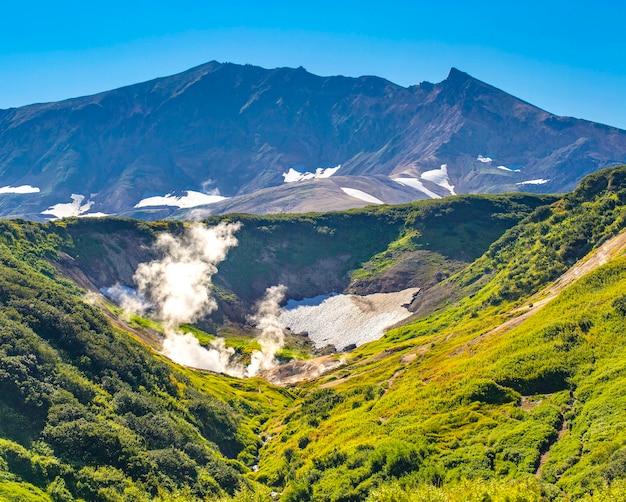 Piccola valle di geyser sul vulcano vilyuchinsky sulla penisola di kamchatka