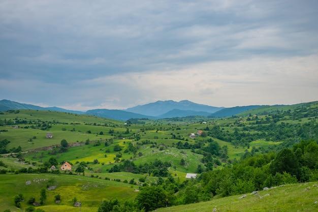 Un piccolo villaggio si trova tra le colline.