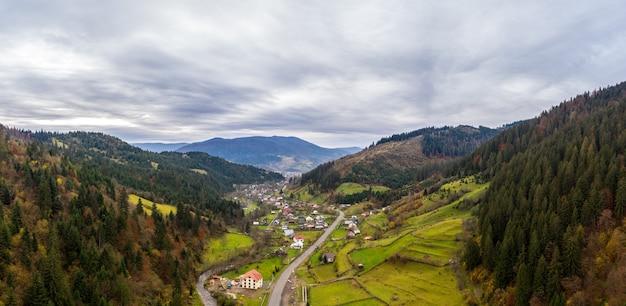 Piccolo villaggio in una valle di montagna dei carpazi