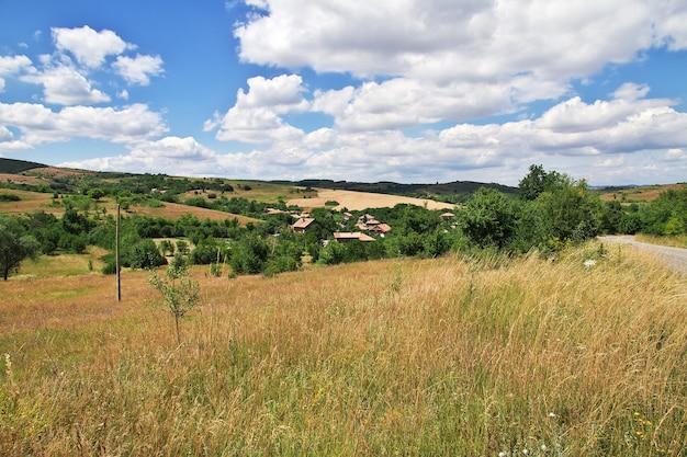 Il piccolo villaggio nelle montagne della bulgaria