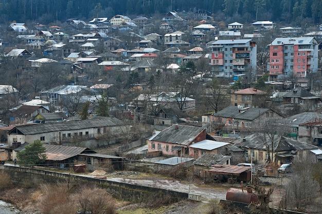 Piccolo villaggio in montagna. insediamento in un luogo ecologicamente pulito con aria pulita.