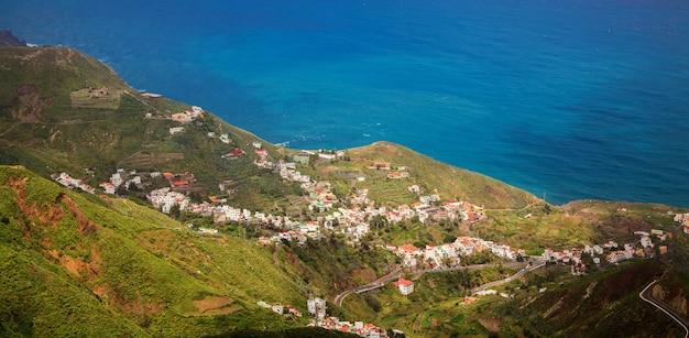 Piccolo villaggio taganana nelle montagne di anaga vicino all'oceano, tenerife, isole canarie, spagna