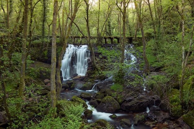 Piccola cascata formata nel fiume arenteiro, nella regione della galizia, in spagna.