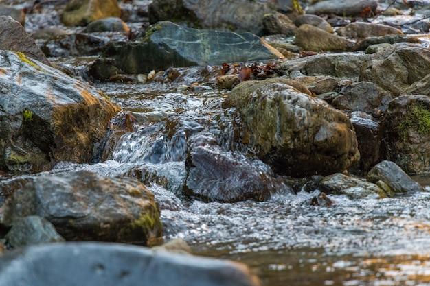 Una piccola cascata e rocce
