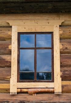 Piccola finestra nel muro di una vecchia casa in legno vecchia casa di storia