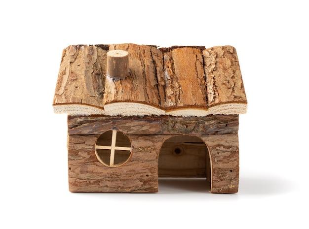 Piccola casa in legno per criceti isolata